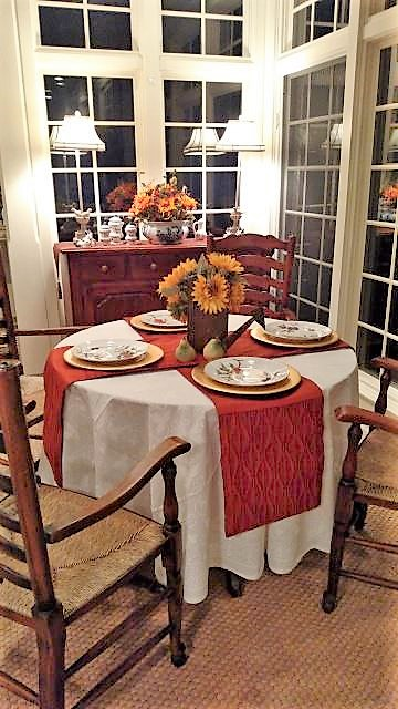 table runners on round tables like placemats