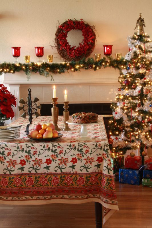 A colorful Christmas with a vintage Christmas tablecloth