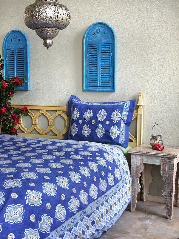 White and blue bedding in a Moroccan bedroom makes beautiful boho bedding.
