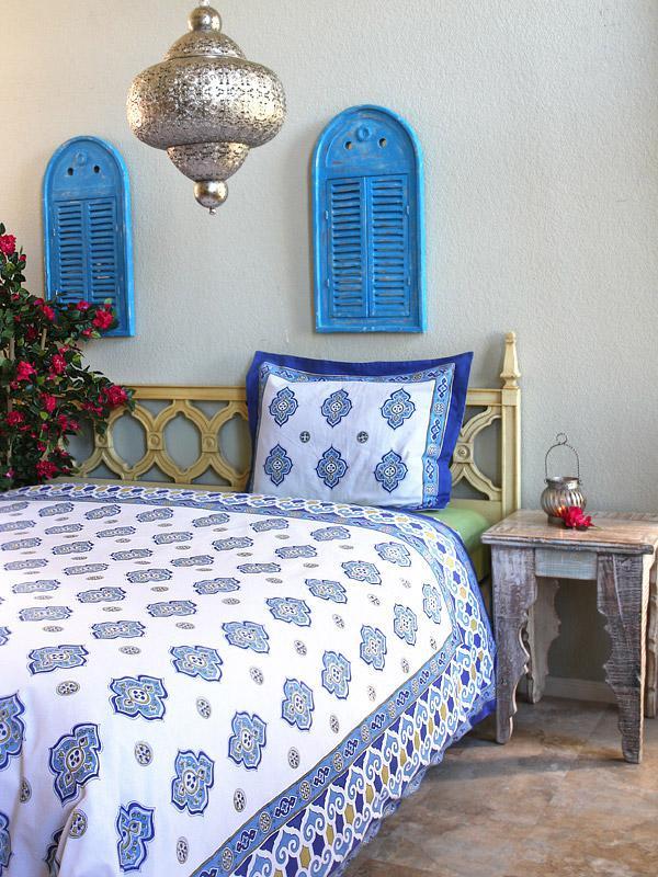 Casablanca ~Moroccan Theme White Quatrefoil Print Bedspread