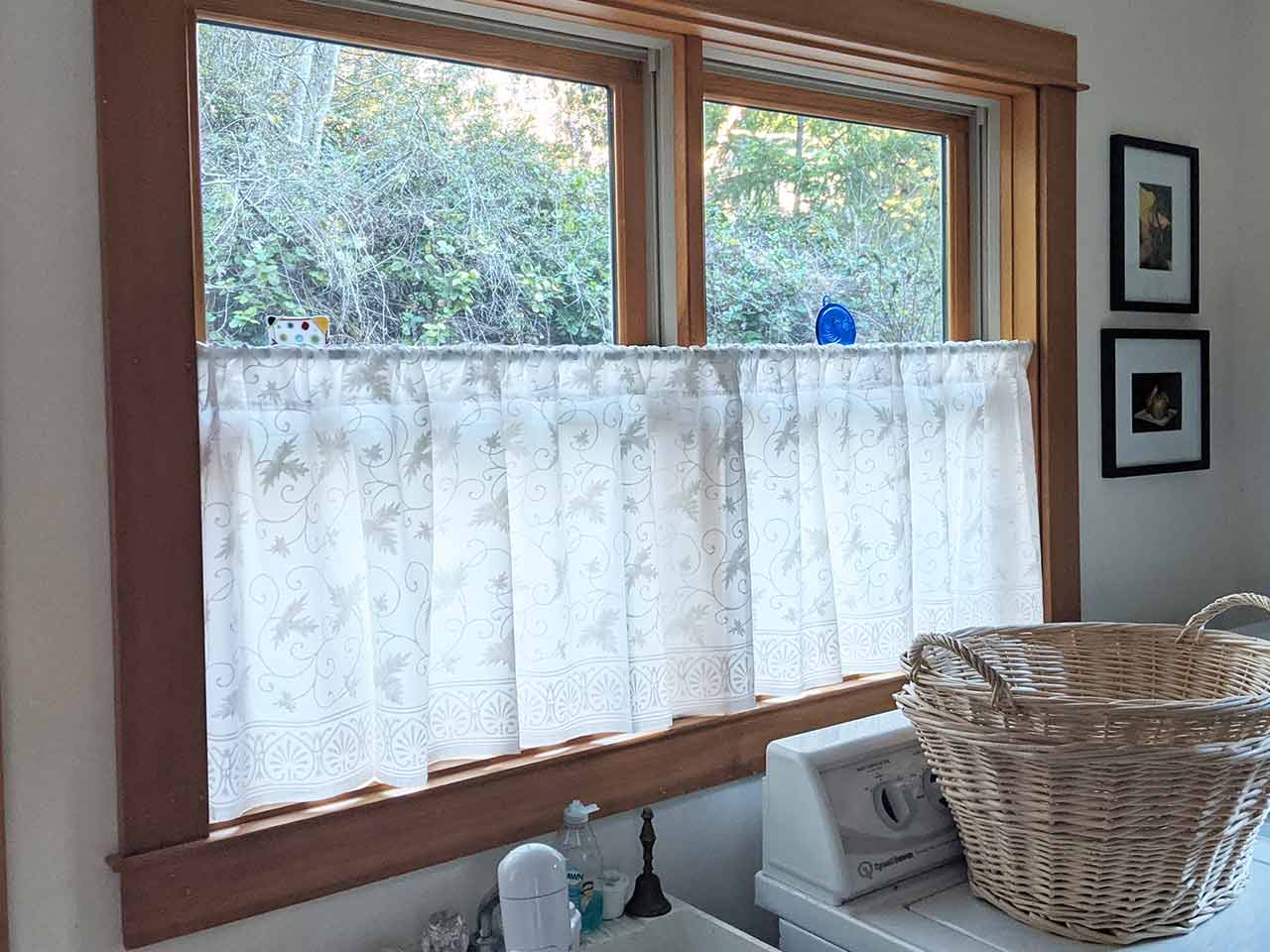 white cafe curtains in dining nook